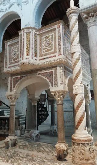 Vigile pascale - ambon et chandelier pascal de la cathédrale de Sessa Aurunca en Italie
