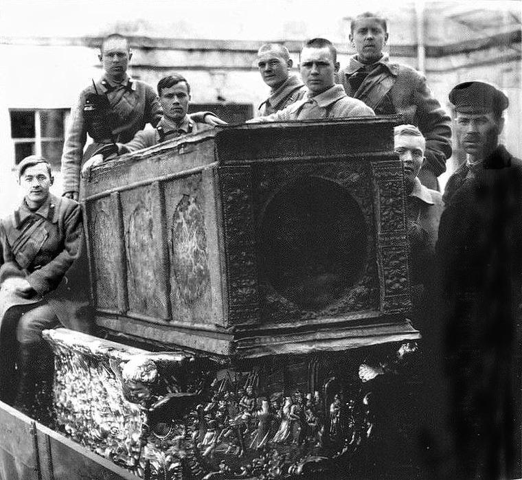 Ouverture des reliques de saint Alexandre Nevski par les Bolcheviques en 1922 : la petite châsse de 1695